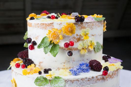 Torte mit verzuckerten Blüten und Beeren
