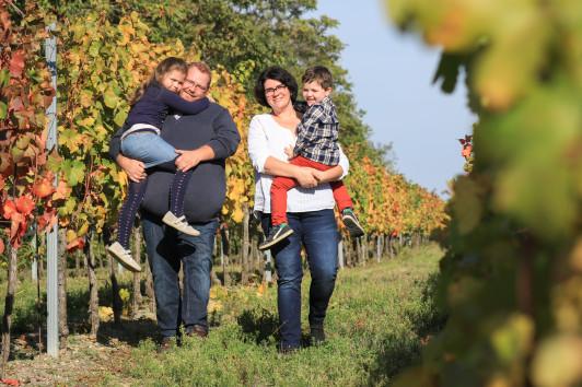 Wir im herbstlichen Weingarten.