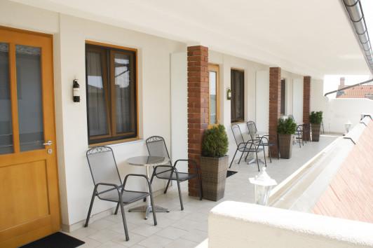 Gästezimmer mit Balkon uns Sitzmöglichkeit vor den...