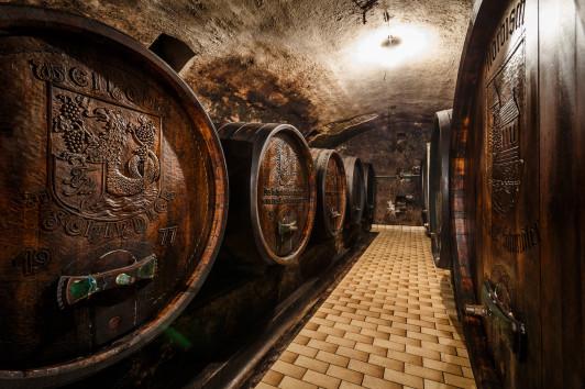 alter Weinkeller mit Holzfässer
