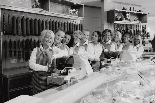 Wir freuen uns Sie bei uns im Geschäft begrüßen zu...