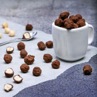 85g Piemont Nüsse Zutaten: 57% Haselnüsse, 29% Schokolade Callebaut, 14% Kakao; Allergen: Soja, Milch od. Laktose kann Spuren von: Schalenfrüchte, Sesam enthalten