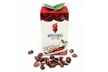 Schonend getrocknete Bio-Apfelstücke, umhüllt von zart schmelzender Bio Zartbitterschokolade mit einem Hauch Bio Chili.  Die süß-bittere Liaison von Chili, dunkler Schokolade und Apfel entschwindet in die Weiten Südamerikas. Die hauchzarte Umhüllung unseres knackigen Bio-Apfels macht das heimische Paradies unvergessen. Vergnügen und Sünde – Eine Verschmelzung zur Vollkommenheit.