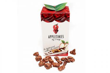 Schonend getrocknete Bio-Apfelstücke, umhüllt von zart schmelzender Bio Vollmilchschokolade.  Der Meister-Chocolatier, ein Meister, der Welten verbindet. Die zarte Verbindung von heller Vollmilchschokolade und der lieblichen säure des schonend getrockneten Apfels ist die Perfektion von Reinheit und Lust. Sie werden vom Können des Meisters verzaubert.