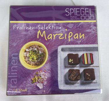 Marzipan Schnittpralinen mit Zartbitterschokolade 62% Kakaoanteil. In Liebe Handgemacht aus der Pralinenmanufaktur Spiegel