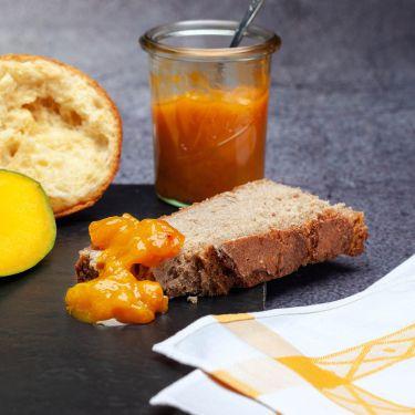 130g Mango-Chutney Zutaten: 71% Mango, 14% Bio-Rohrzucker, 7,1% Apfelessig, Kardamom, Chillischotten, Ingwerknolle, Zimt, Zitrone, Salz; Allergene: glutenhaltiges Getreide, Erdnüsse, Soja, Sesamsamen, Nüsse   kann Spuren von:  Ei, Milch oder Laktose, Sellerie enthalten.