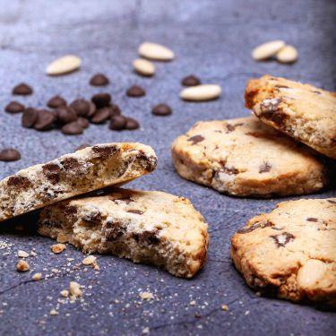 450g Chocolate Chip Cookies Zutaten: 19% Weizen, 19% Schokolade Callebeut, 19% Haferflocken, 12% Mandeln, 12% Zucker, 2% Eigelb pasteurisiert, 3% Eiweiß; Allergene: Weizen, Schokolade, Mandeln, Eigelb, Eiweiß .kann Spuren von: Laktose und Soja enthalten.