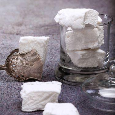 80g Marshmallows Zutaten: 62% Zucker, 12% Speisestärke (Kartoffel), 12% Puderzucker, 4% Eiweiß, Vanillezucker, Pflanzenöl; Allergene: Ei