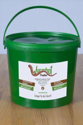 Bio-Regenwurmhumus 3mm Siebung Händisch abgefüllt und abgepackt im 5 Ltr. Kübel. Dieser Dünger eignet sich besonders gut zur Anzucht, zum Düngen der Balkon-, Blüh-  und Topfpflanzen. Tomaten, Gurken und Starkzehrer beim einpflanzen damit versorgen.  Auch  zum Giesen in Form von Komposttee ist diese feine Siebung bestens geeignet.