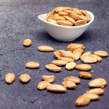 100g gesalzene Mandeln Zutaten: 79% Mandeln blanchiert, 13% Meersalz, 8% Eiweiß; Allergene: Ei, Schalenfrüchte (Mandel)