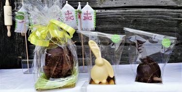 Schlappohrhase in Weißer und Dunkler Schoklade.  Symbolfoto, Figuren können nur in einer Schokoladensorte ( Weiß, Vollmilch, Dunkler oder Ruby Schokolade ) bestellt werden.