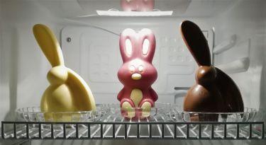 Hasen in Weißer, Ruby und Vollmilch Schokolade. Symbolfoto, Figuren können nur in einer Schokoladensorte ( Weiß, Vollmilch, Dunkler oder Ruby Schokolade ) bestellt werden.