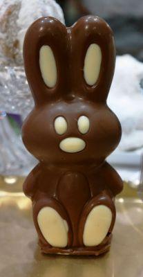 Stehohrhase in Vollmilch Schokolade. Symbolfoto, Figuren können nur in einer Schokoladensorte ( Weiß, Vollmilch, Dunkler oder Ruby Schokolade ) bestellt werden.