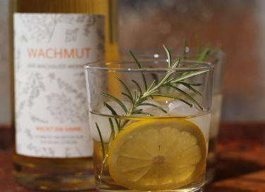 Am besten schmeckt der WACHMUT pur auf Eis mit Zitrone
