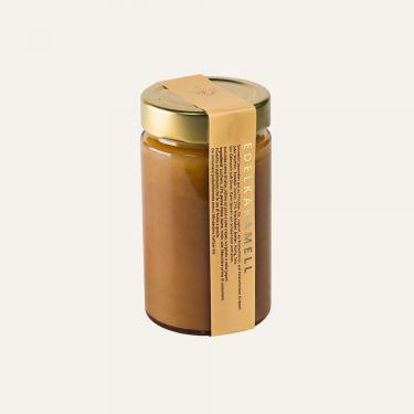Edle Karamellcreme aus Frischrahm vom Tiroler Grauvieh  Zutaten: Zucker, FRISCHRAHM, BUTTER, Honig, Salz.  Kann Spuren von Schalenobst enthalten.  Schmeckt besonders gut zu Früchten, Eis, Joghurt, als Brotaufstrich, auf Palatschinken (Crêpes) oder Waffeln. Vor Gebrauch aufrühren.  Durchschnittliche Nährwerte pro 100 g: Energiewert: 1898 kJ / 455 kcal Fett: 28 g davon gesättigte Fettsäuren: 18 g Kohlenhydrate: 50 g davon Zucker: 50 g Eiweiß: 0,8 g Salz: 0,11 g